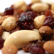 Présente dans le SynerTONUS et le SynerYOUNG de SynerJ-Health, la vitamine B3 est aussi appelée vitamine PP. Précuseur du NADH et du NADH+, elle est nécessaire au métabolisme des glucides, lipides et protéines et se veut un allié anti-âge et anti-rides puissant et naturel.